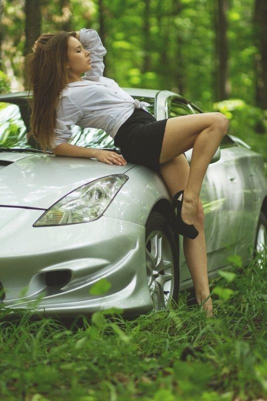 Фотографирую жену у машины в лесу — 15