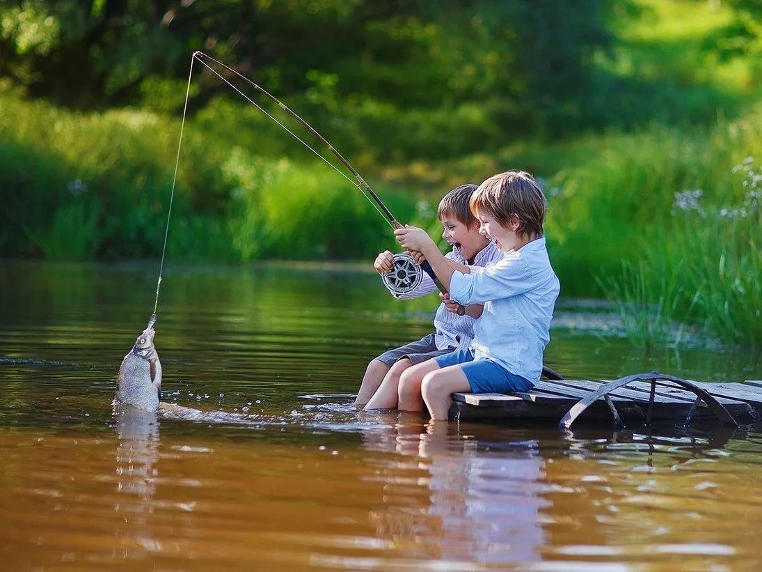 На рыбалке поймала рыбу