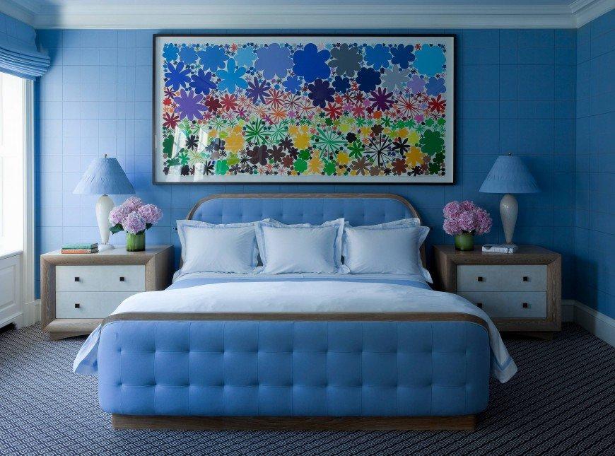 Яркие голубые тона в интерьере маленькой спальни.
