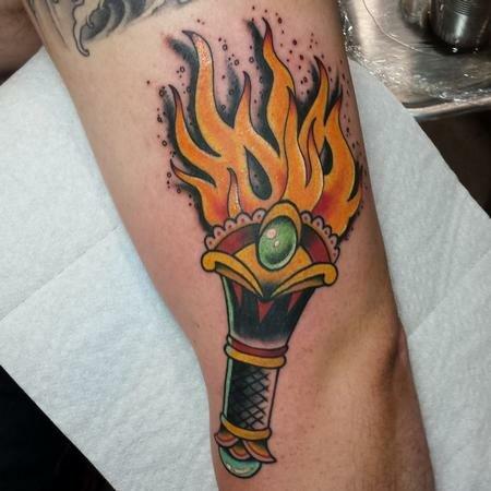 татуировка факела с зеленым камнем