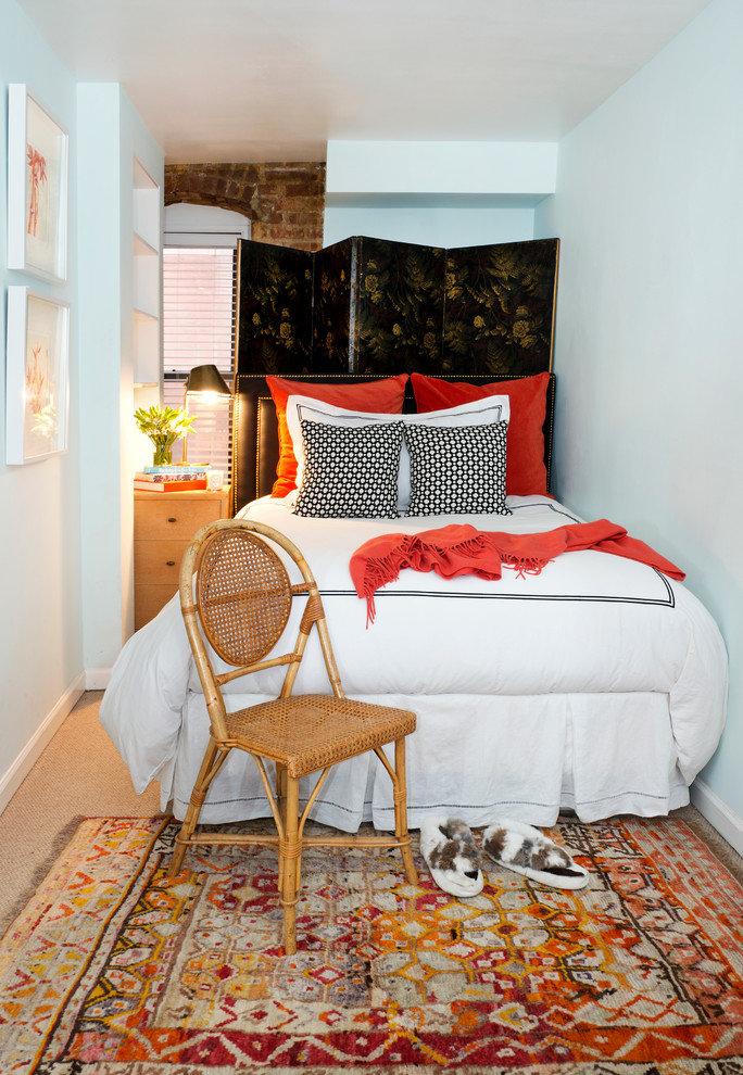 Спальня с черной ширмой за кроватью