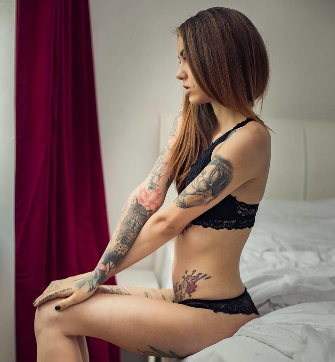 massazh-devushka-s-tatuirovkami-porno-hudoy-telki-stavyat-rakom-u-lavochki