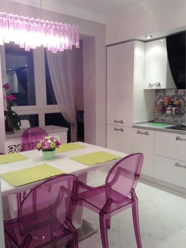 """Стильная кухня совмещенная с балконом с панорамными окнами """"."""