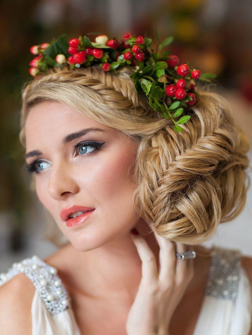 Русско народный стиль. Лицо девушки выходящей замуж в русском народном стиле должно быть максимально приближено к естественности. Обратите внимание на макияж глаз и на румянец на щеках.