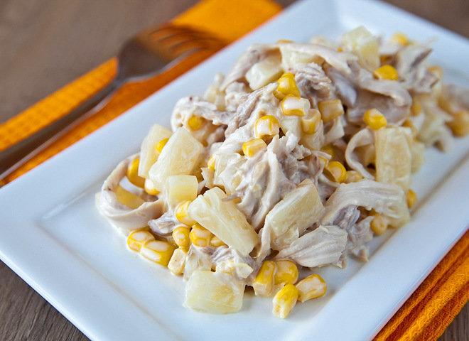 Салат с куриной грудкой грибами и кукурузой