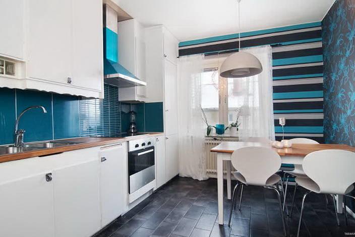 синие обои на кухне фото