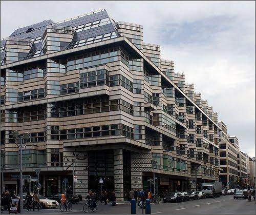 Квартал 206 / Quartier 206. роскошное здание в стиле ар-деко, жилой и торгово-офисный центр, открылся в 1997 году, построен по проекту американского архитектурного бюро Pei Cobb Freed & Partners, совершенно другой подход к попытке восстановления Берлина в сравнении с Галерее Лафайет (можно сравнить с предыдущим фото). Весьма стильная, преимущественно чёрно-белая внутренняя отделка. Вопрос о том, почему строившиеся в то же время в Москве и её окрестностях архитектурные сооружения, в том числе жилые, торговые и офисные центры в большинстве своём представляют собой сущее убожество остаётся риторическим.