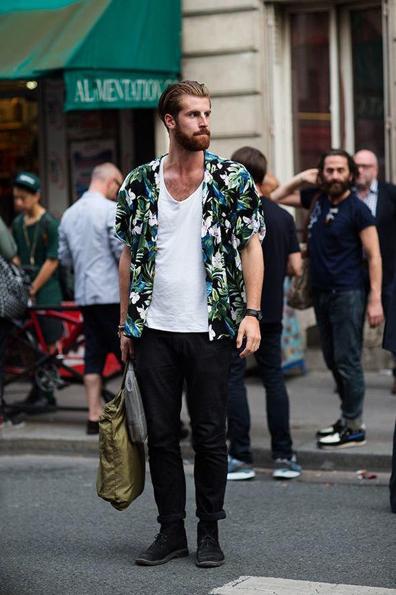 Долой скучные офисные рубашки! Этим летом мужчине стоит примерить что-то более оригинальное.