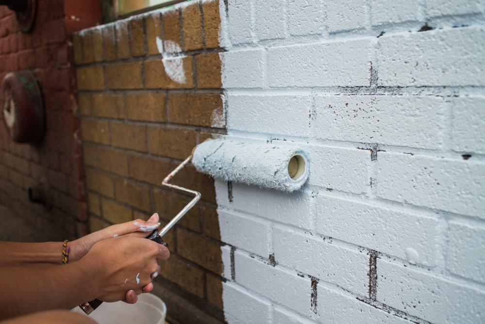 покраска стен под кирпичную кладку