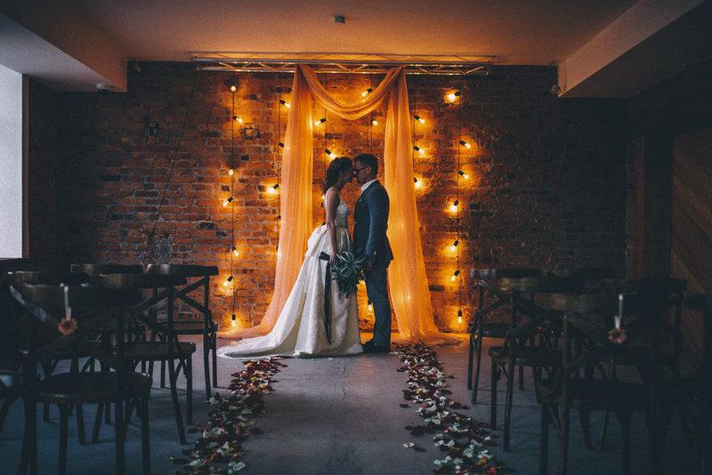 Нестандартное оформление лофта располагает к неформальному общению. Образы жениха и невесты должны быть без пафоса и претенциозности.