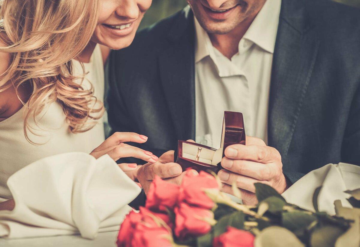 Картинка где девушка дарит парню кольцо