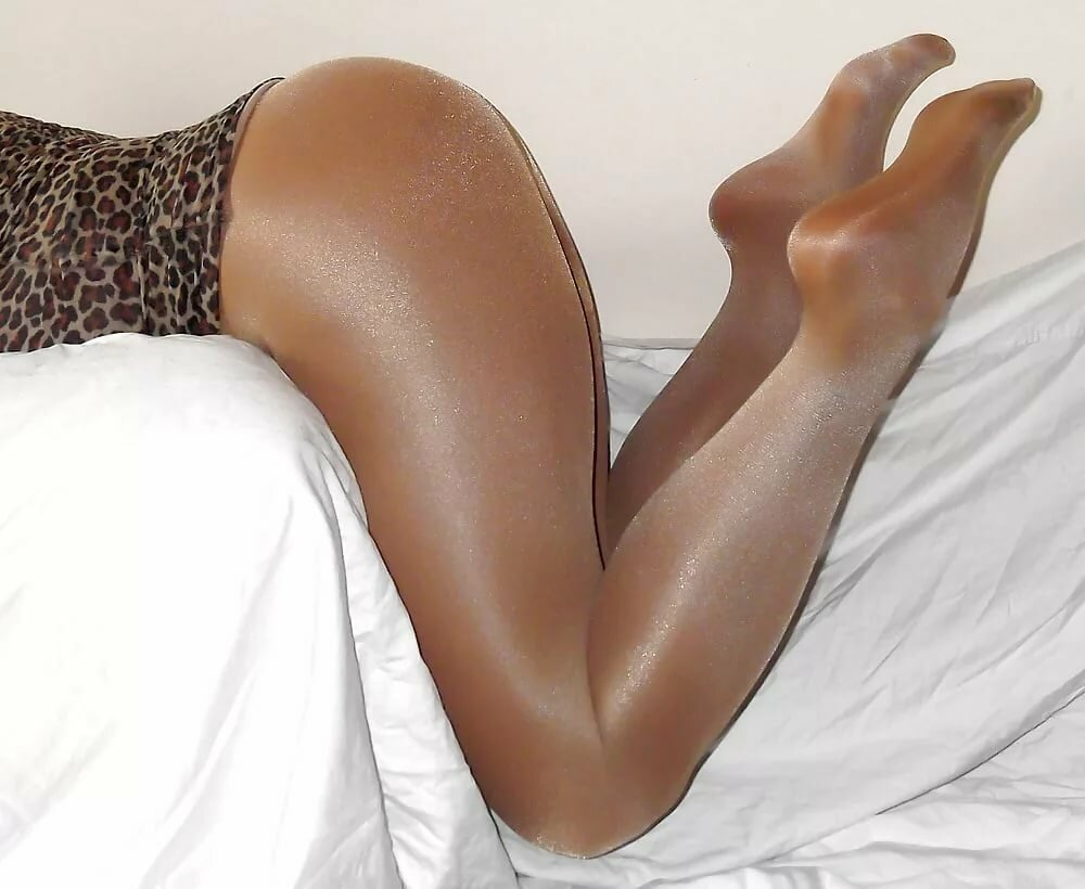 Nyloner amateurs shows her legs in tights