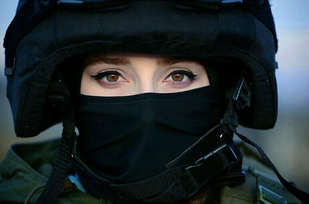 Картинка девушка в маске спецназа