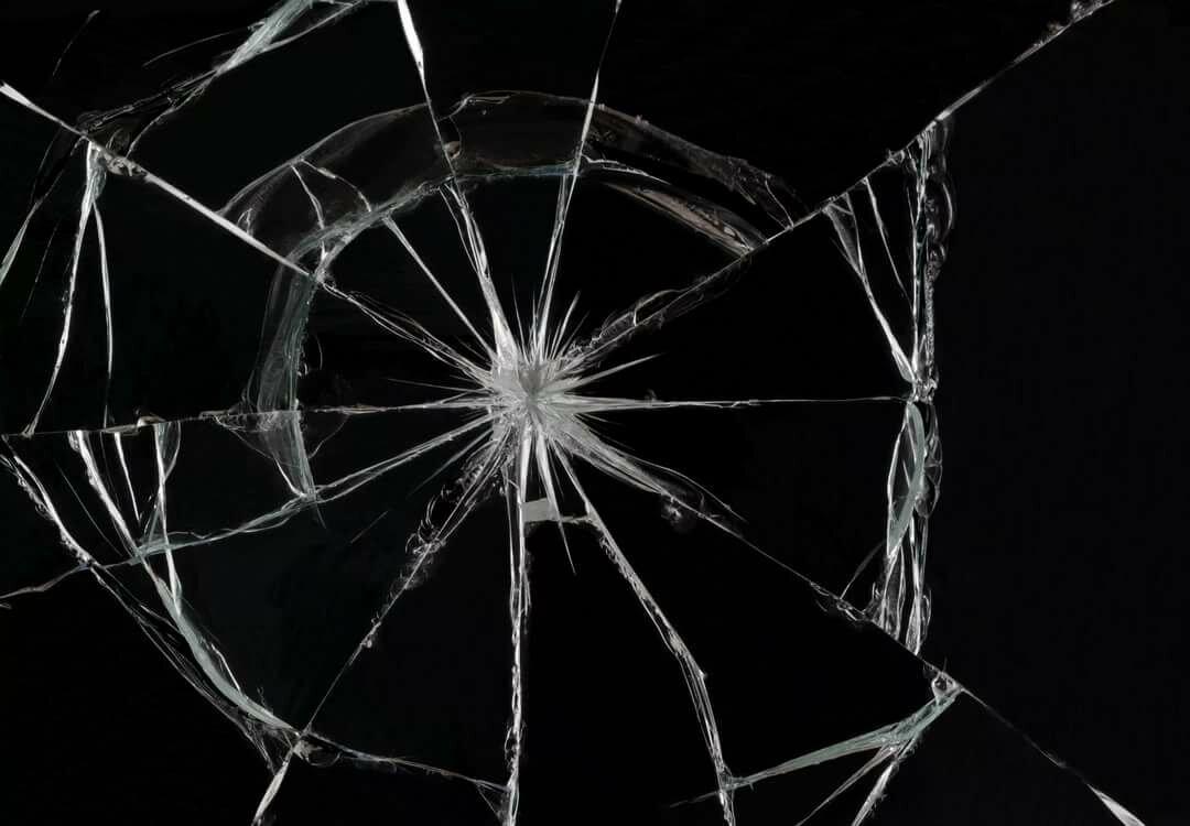 картинка разбитое черное стекло