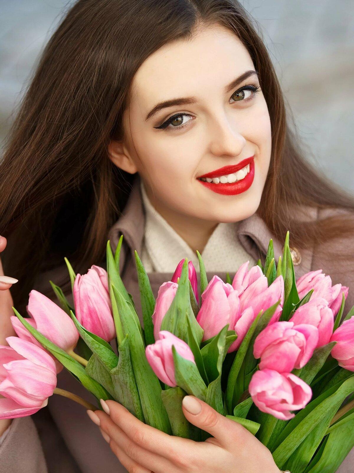 Девушка с тюльпанами картинки красивые