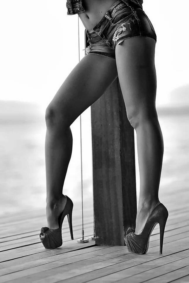 крепкие женские ноги на каблуках фотосессия просторное