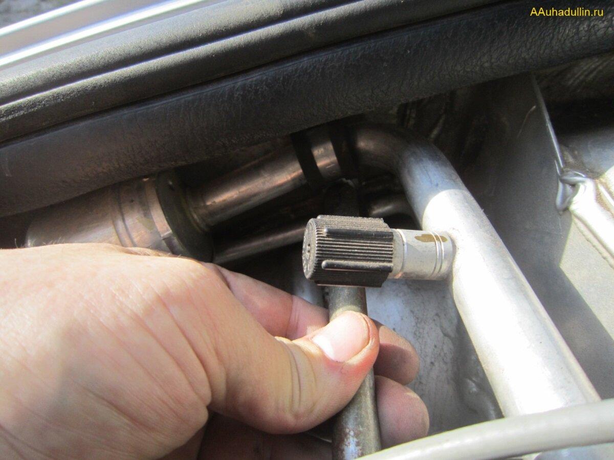ключом 8 на 10 отвернем гайку крепления трубки кондиционера