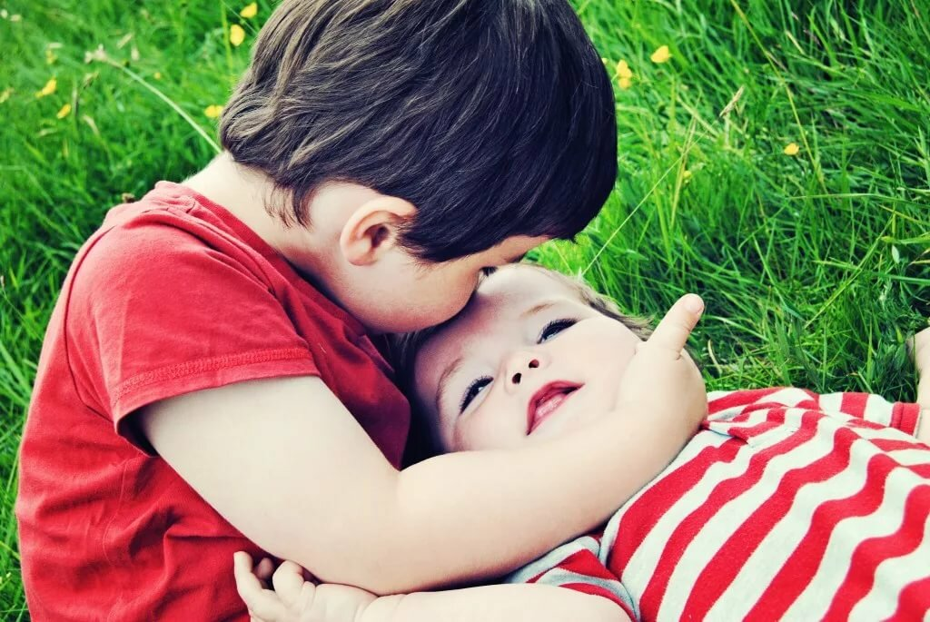 Красивая картинка с детьми и поцелуями