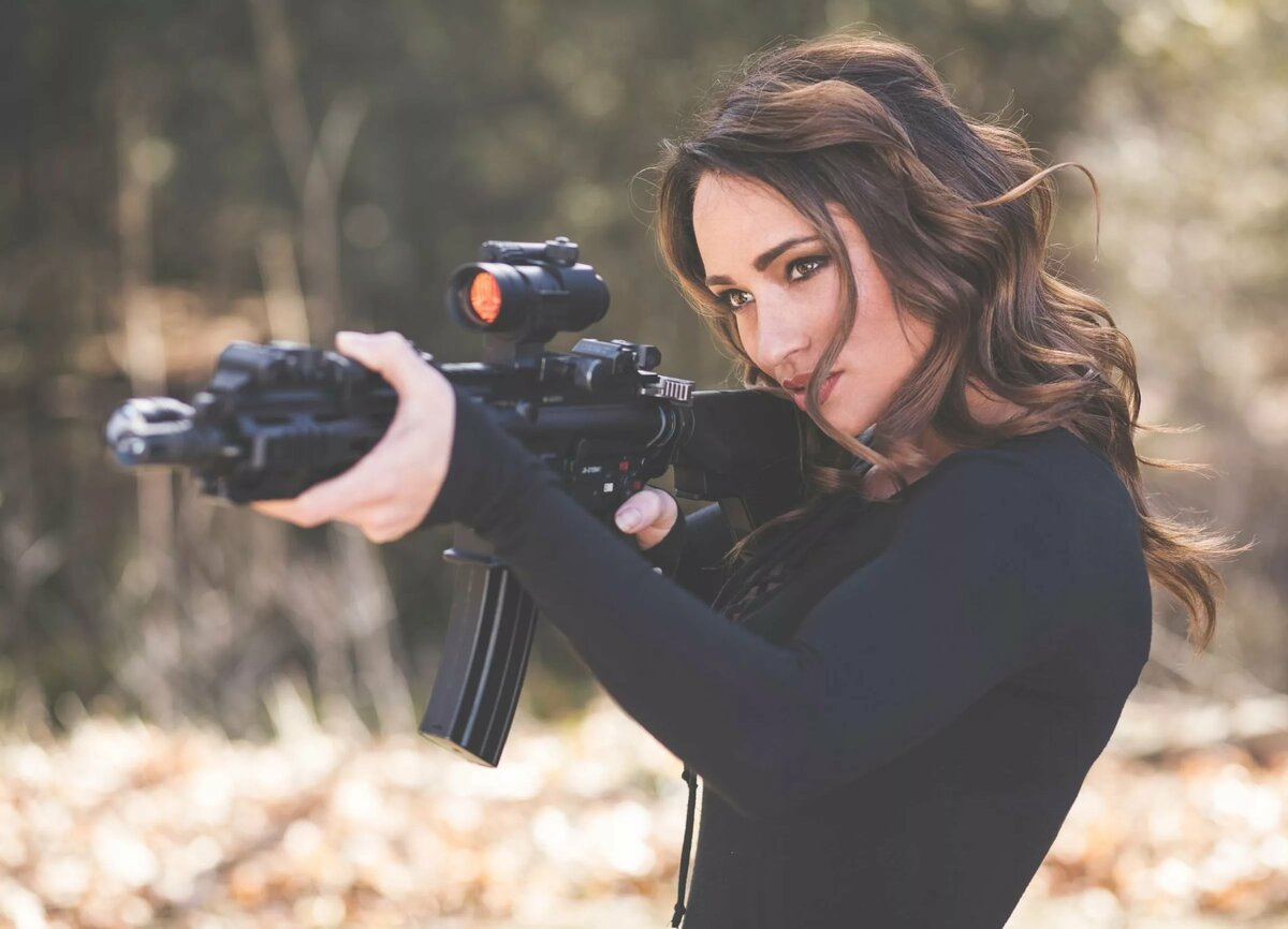 Девушки картинки оружием