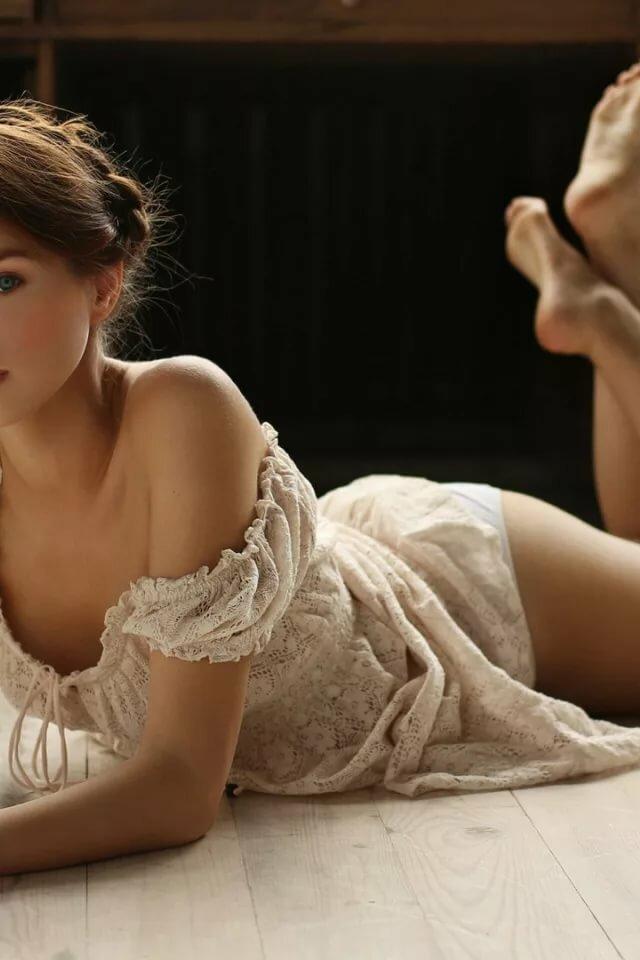 Скачать обои попа, взгляд, девушка, лежит, книга, ножки, Лолита, Вячеслав Щербаков, раздел девушки в разрешении 640x960