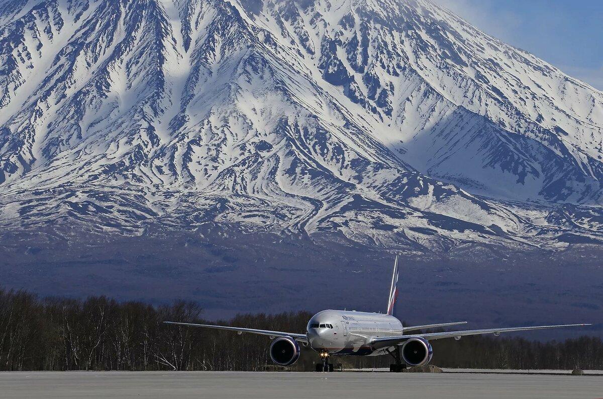 Фото где самолет вылетает из горы