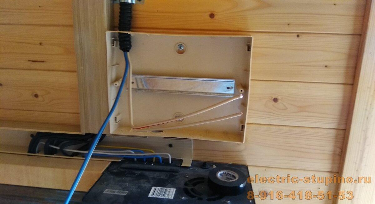 Установка пластикового накладного электрощита на 10 модулей в частном доме