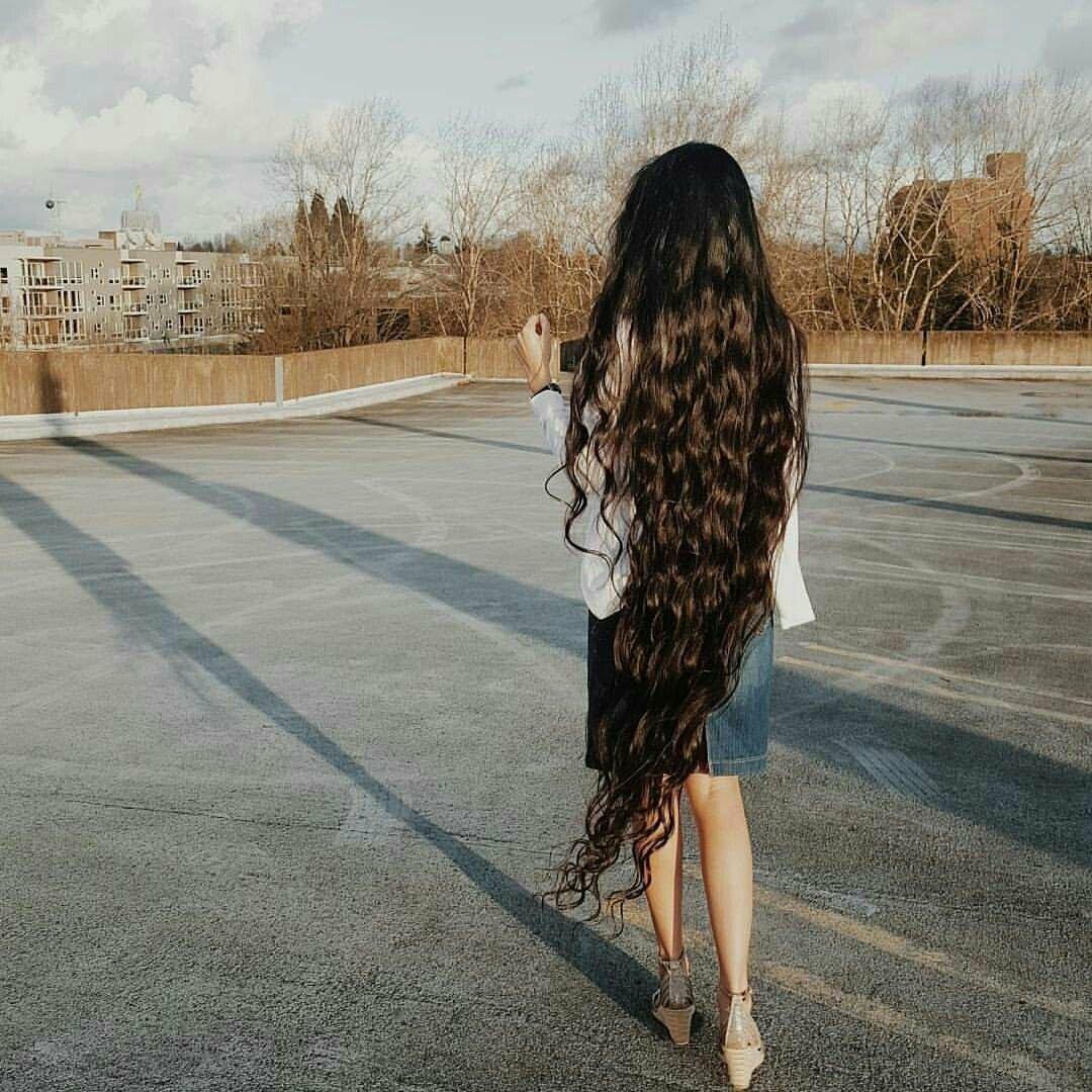 Девушка со спины в платье с длинными волосами