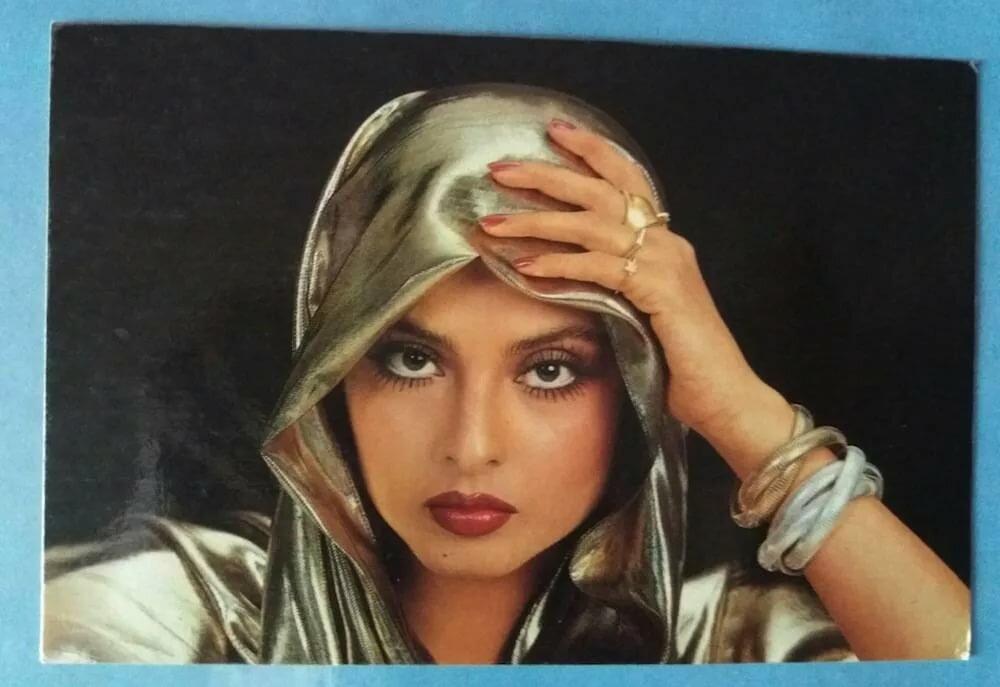 фотографы проводят открытки с актерами индия сидит столом, котором