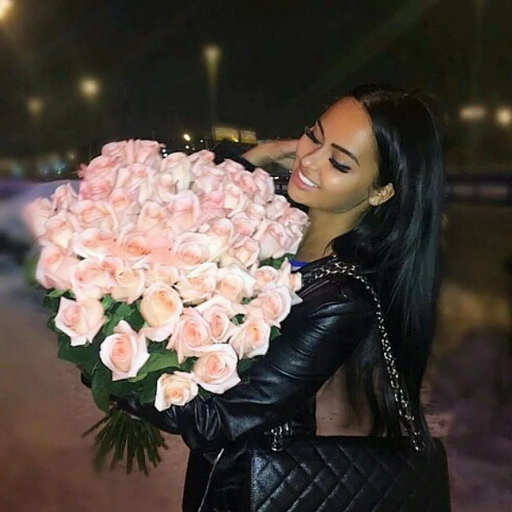 Фото девушка брюнетка с цветами