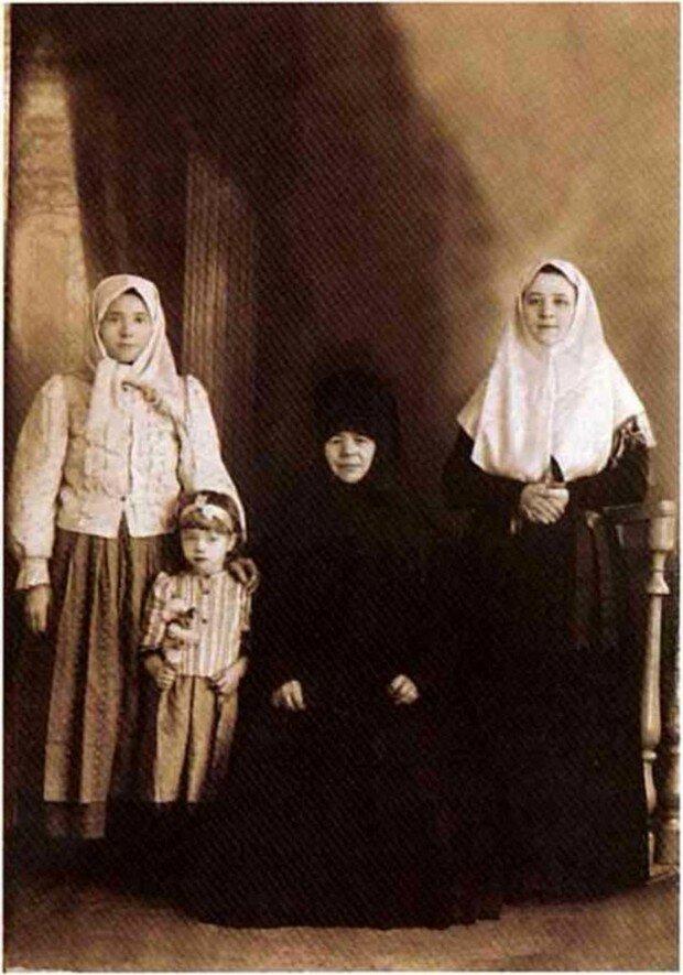 Послушница Матрона Власова с родственницами