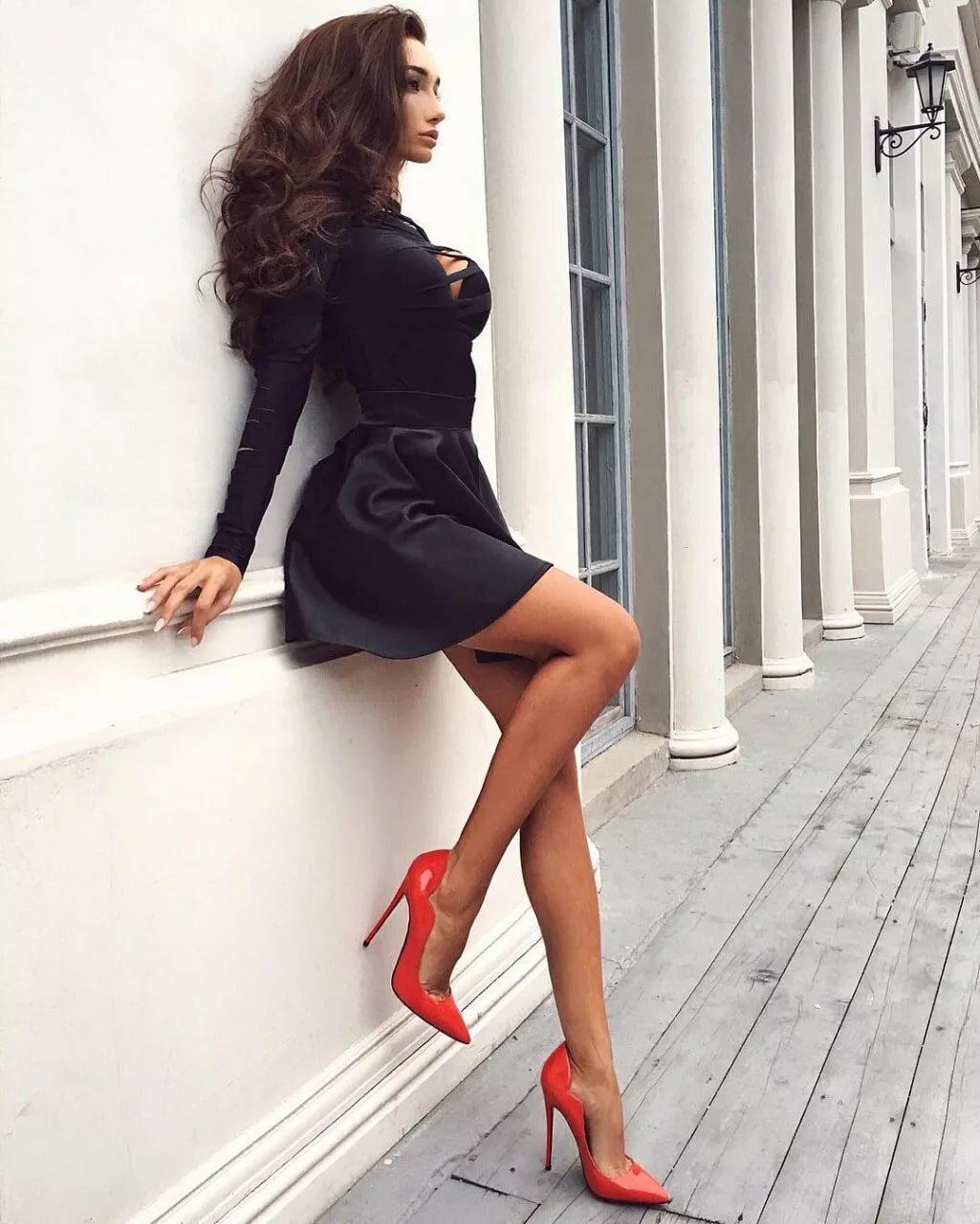 Картинки девушки в платьях и на высоких каблуках