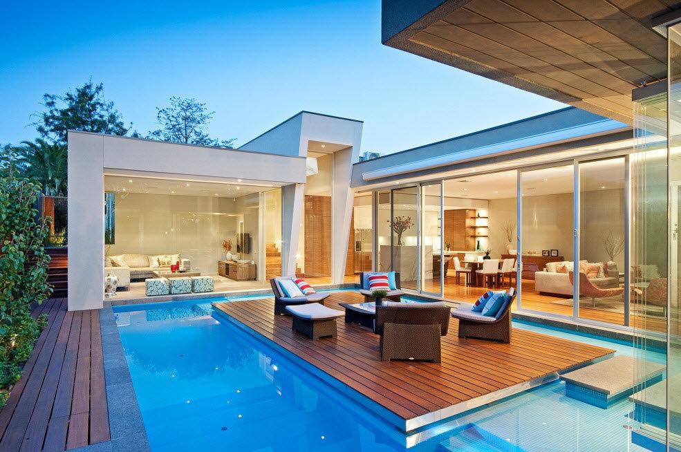 По задумке архитекторов, ключевой акцент сделан на внутренний дворик с  террасой, установленной посереди бассейна 152b72c9882
