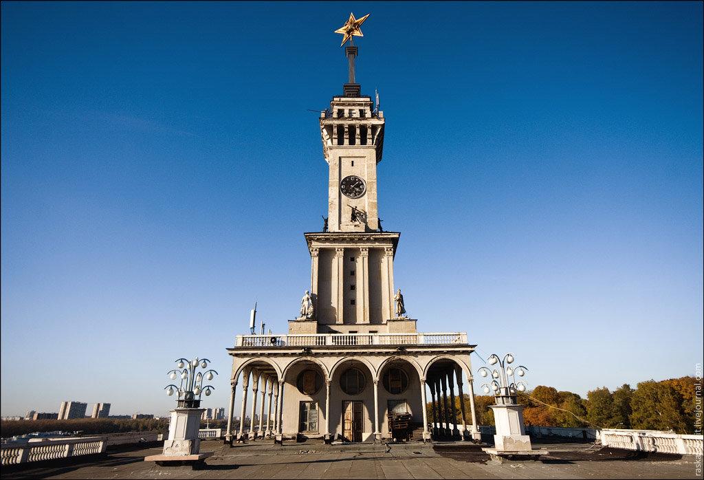 По задумке архитекторов, здание воссоздаёт образ парохода  три яруса  открытых веранд символизируют его палубы 8fafb826e70