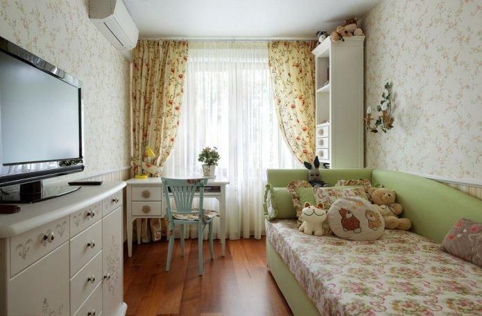 Обои в мелкий цветочек, укороченные простые занавеси, мебель с резьбой и свежие полевые цветы создадут уют французского стиля.