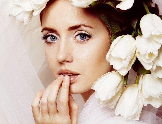невеста и белые цветы