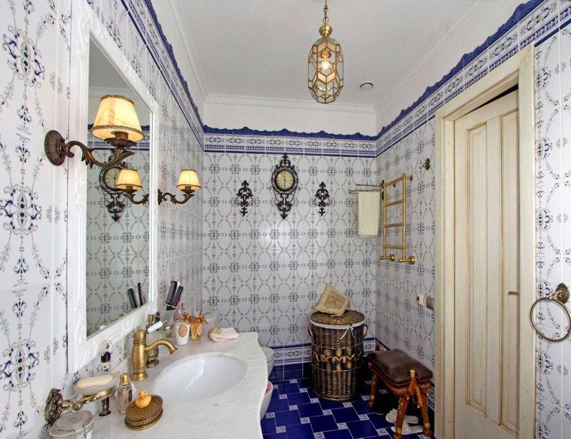 Ванная в стиле прованс: комбинация белого и синего.