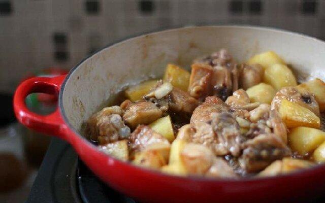Тушеная картошка с курицей в казане
