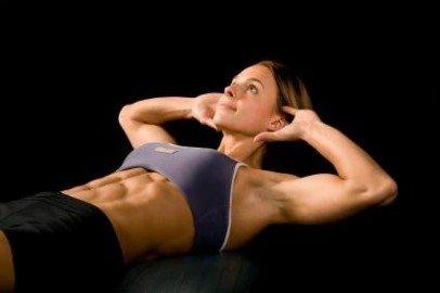 На самом деле, этот миф справедлив, но отчасти: слишком частая тренировка мышц брюшного пресса с применением отягощений действительно вредна, и чревата гипертрофией мышц-сгибателей таза. Но если выполнять упражнения для пресса по правильной схеме, никаких проблем не будет. Например, так: на протяжении 4-8 недель укрепляете живот, используя небольшой дополнительный вес и малое количество повторений, после чего еще 4-8 недель работаете в  подобном режиме, но с увеличенным количеством повторений (8-12).