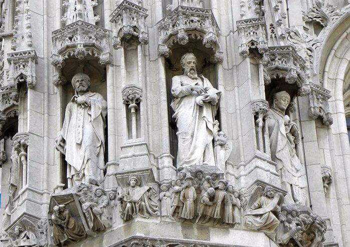 Благодаря более чем 200 скульптурам, появившимся во второй половине XIX века, ратуша представляет собой настоящий музей под открытым небом.