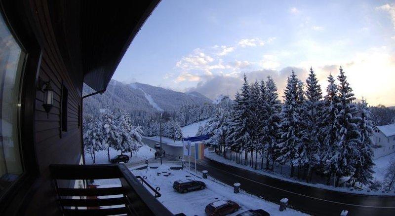 Вид из отеля Drachenhaus Poiana Brasov.