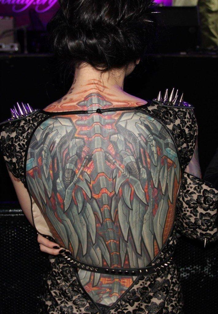 спина у девушки в стиле биомеханика фото