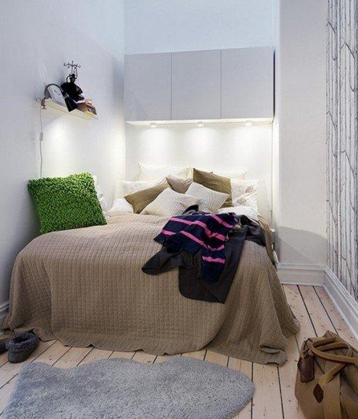 Идея дизайна маленькой спальни с белыми стенами и шкафами над кроватью