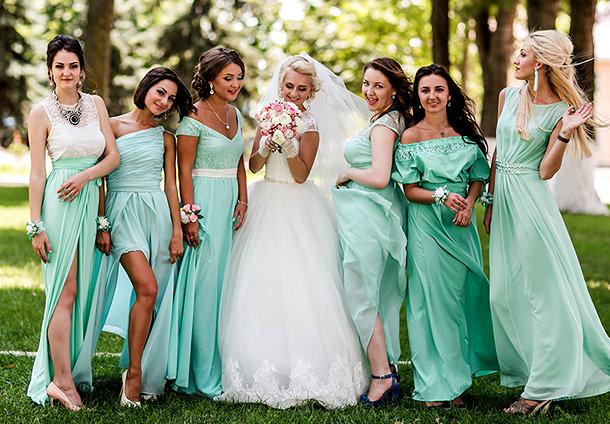 Белое  платье для невесты. Подружки невесты могут выбрать любое платье в рамках заданного цвета