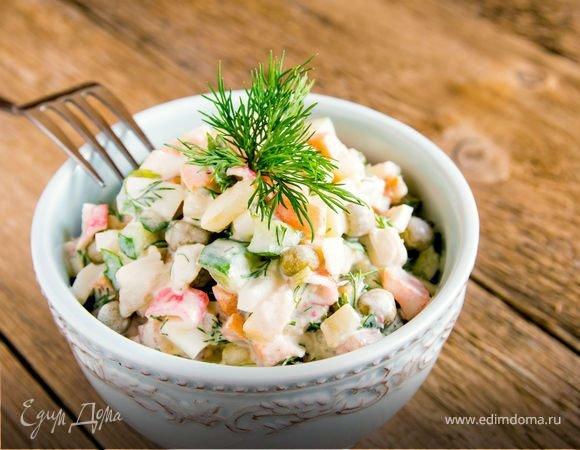 Классический салат оливье с мясом — еще один символ Нового года, который нам привычно видеть на праздничном столе. Но мало кто знает, что автор этого блюда — французский повар Люсьен Оливье, открывший в середине XIX века в Москве ресторан «Эрмитаж».