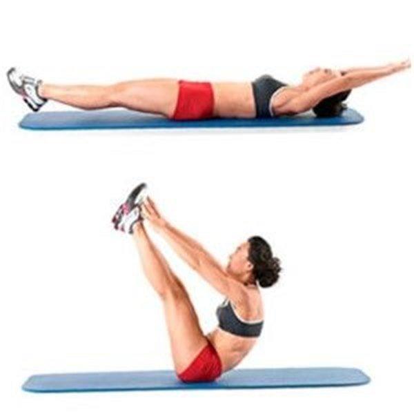 буква «V»   Это сложное и амплитудное упражнение. Оно не случайно стоит третьим в списке, ведь его желательно выполнять после того, как ваши мышцы живота получили хорошую разминку. Это упражнение доведет напряжение мышц живота до предела и возможно даже обернется болью в мышцах на следующий день. Для того, чтобы избежать травмы спины, необходимо следить за техникой выполнения упражнения и делать его на мягком коврике.  Для начала лягте на спину и вытяните руки над головой так, будто вы ныряете в бассейн. Теперь за счет мышц пресса поднимайте верхнюю и нижнюю часть корпуса так, чтобы ваше тело образовало букву «V».