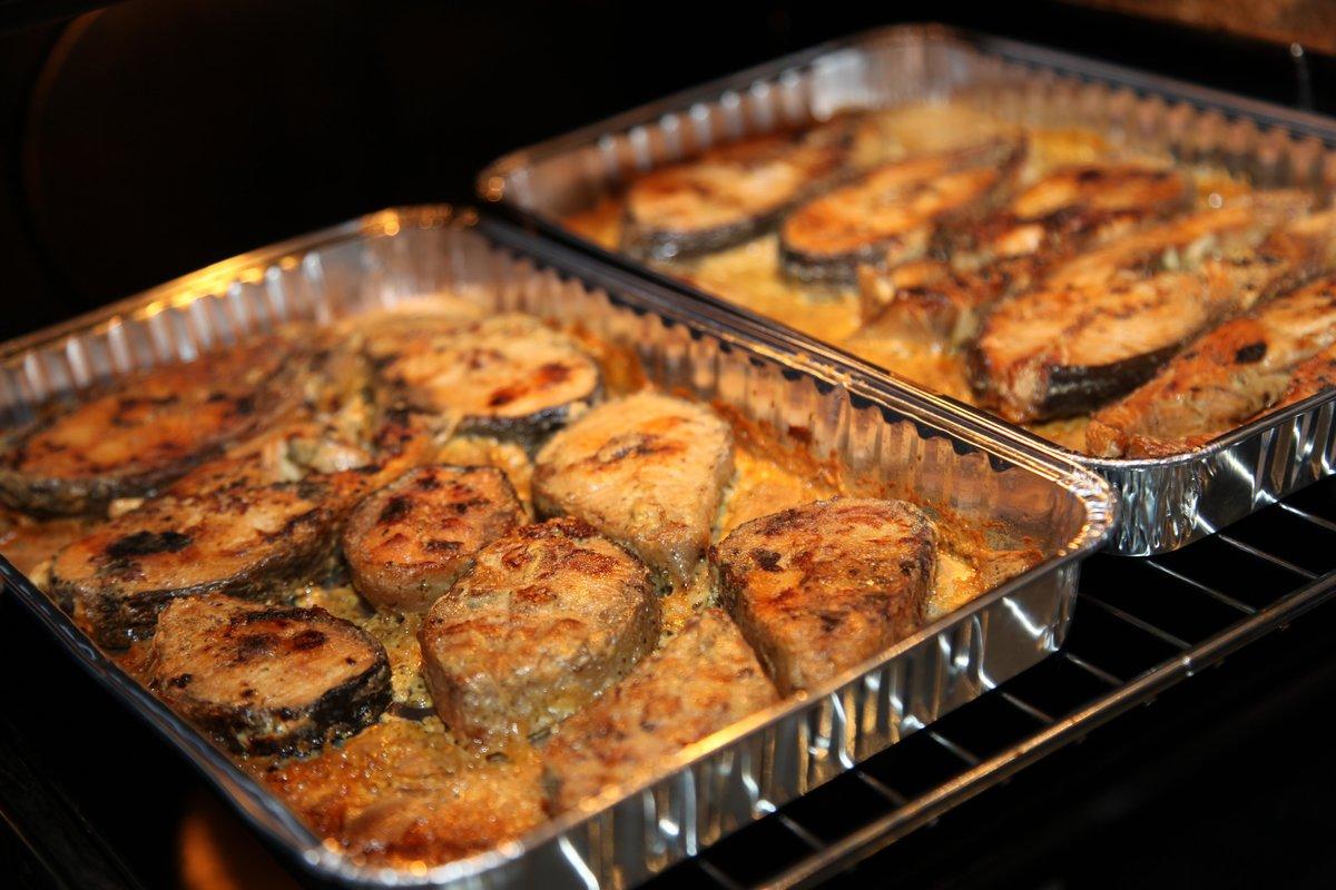Рыба запеченная очень вкусна, если её готовить со специями и соусом.