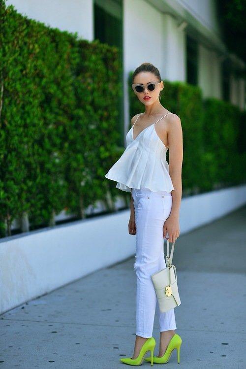 Белый топ с баской и белые джинсы скинни украсят твой гардероб
