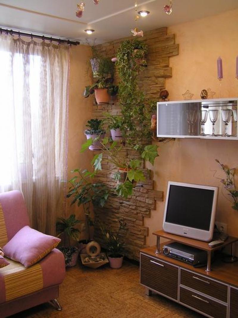 Очень красивое оформление стены в гостиной цветами