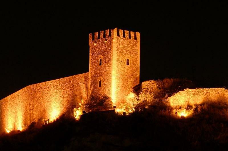 Крепостная стена ночью