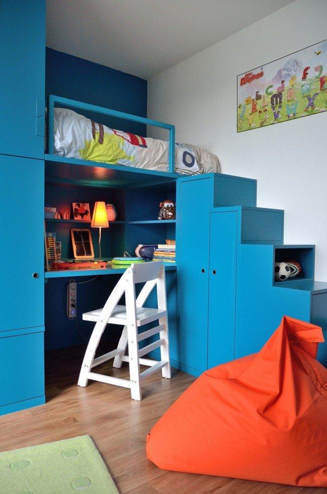 Детская кровать-чердак с рабочей зоной, а также варианты для подростка и взрослых жителей мегаполиса, любящих минимализм, но комфортный.